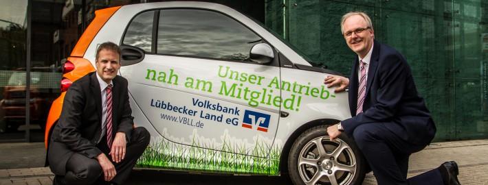 Jeder Smart ist auch ein kleiner Beitrag zum Umweltschutz. Darüber freuen sich die Vorstände der Volksbank Lübbecker Land, Ralf Rehker und Andreas Schwarze.